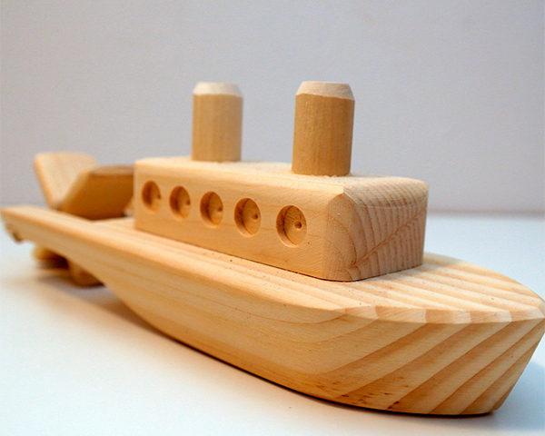 Игрушечный деревянный кораблик